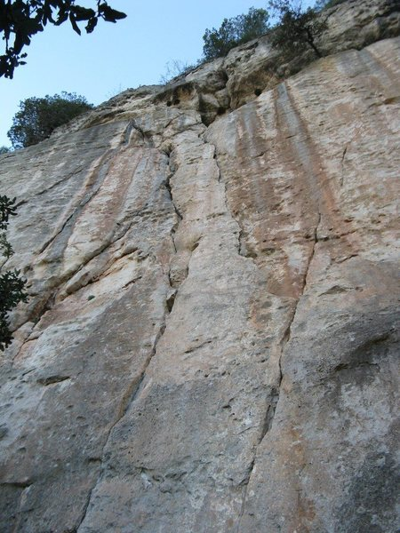 Roure (6a+) follows the right hand crack and Aigua Viva (another 6a+) the left one.