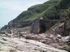 Rock Climbing Photo: On the rocky beach near Second Cave