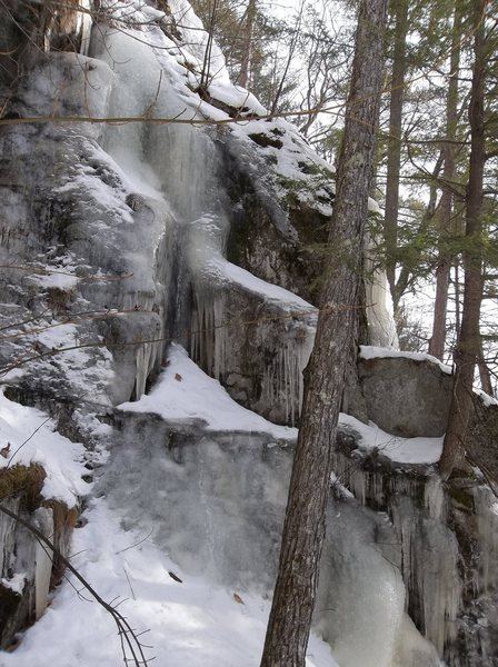 The upper tier west or left sided of the main flow. Kagels and Locks, the rock climb traverse rope is below this. This route goes to the top. There is a little more ice higher up out of view. Then the snow moss slab to trees for a belay. The climb is called Ragamuffin WI3
