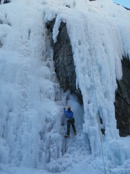 Note the directional right above the hanging ice. You really needed to have a safe and only downward fall.