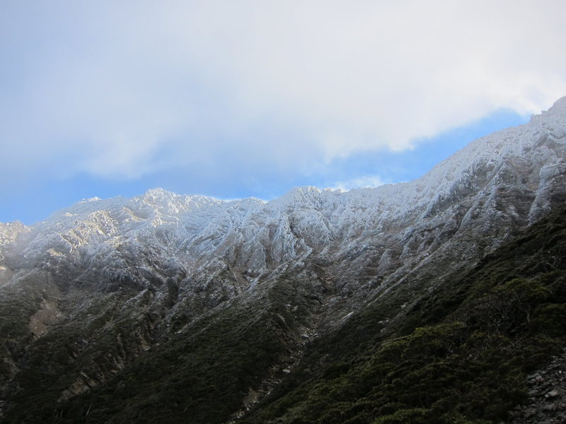 (January 2013) The ridge in advection frost - impossible to climb. Taken near the saddle between Paiyun and Yuanfeng cabins.