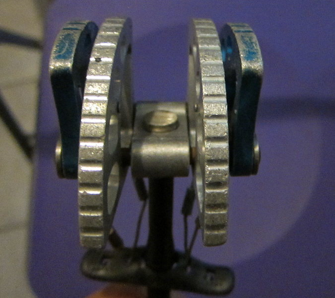Look at the distance between the silver cam lobes and the axle joint.