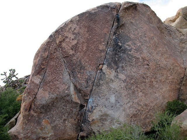 Rock Climbing Photo: Classic Thin Crack Boulder, Joshua Tree NP