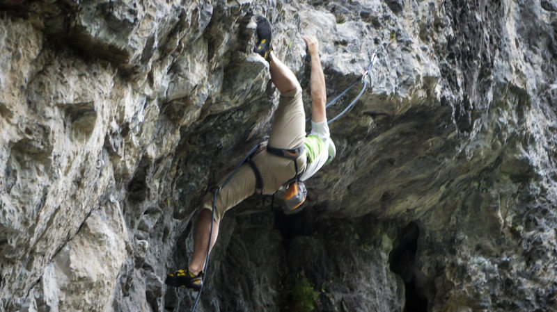 Rock Climbing Photo: Hooking the roof on License to Thrill, 5.11c