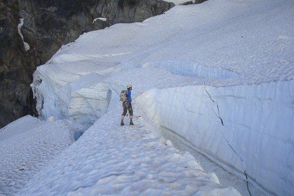 Jens Holsten crossing the Ice Cliff Glacier