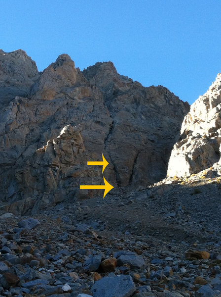 Arrows mark the start of the 5.4 SE Face route, at the left of two prominent chimneys / cracks.