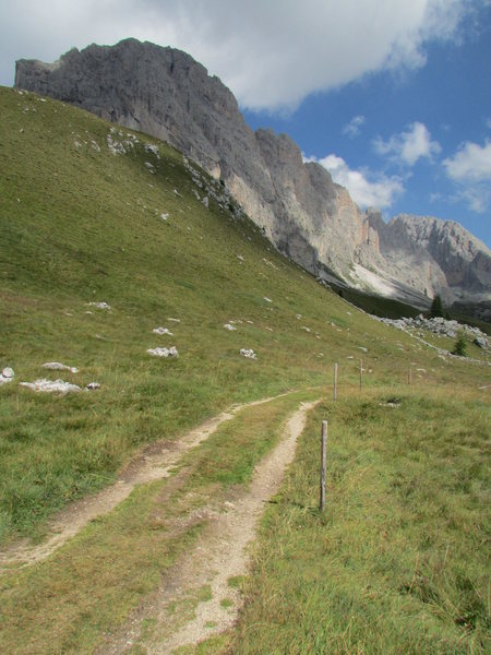 Approach path to Grosse Fermeda and Sass Rigais.