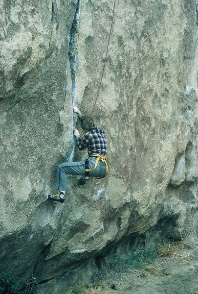 Moving into the crack, difficulty abates to 5.9+ here.