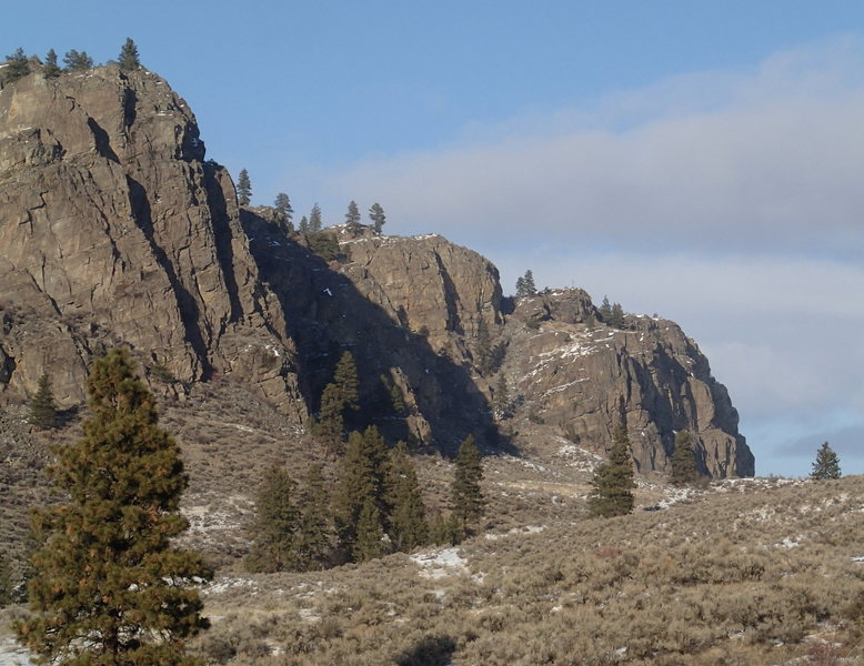 SW Buttress and SE face (on the right) from approach trail