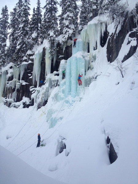 Three (!) parties on Kjøkkentrappa with a climber on Bored to the Extreme in the background. During the Rjukan Ice Festival 2014