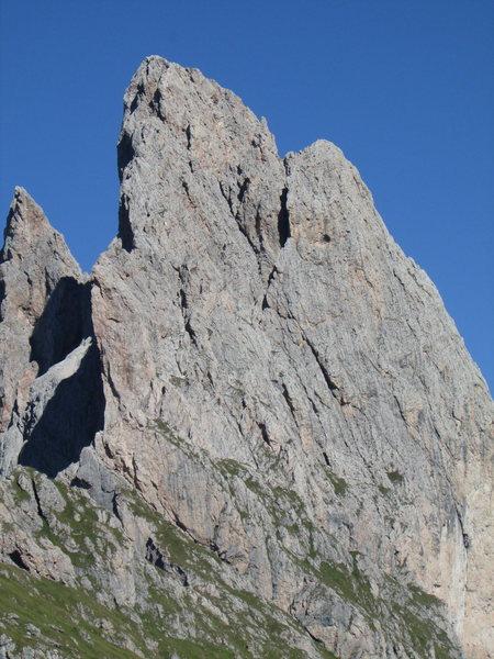 Kleine Fermeda superimposed on Grosse Fermeda. Route begins towards L. on rock face.