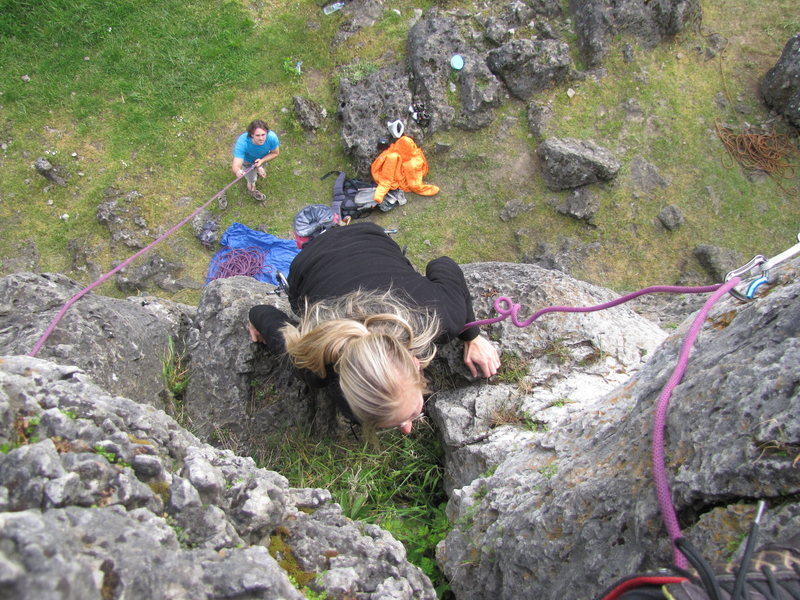 Rock Climbing Photo: Fanny mantling up to the ledge prior to the top-ou...