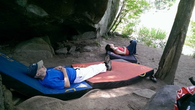 Rock Climbing Photo: Relaxing under the Traverse.