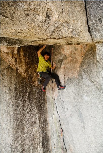 Brad Wilson at the intersection of the original aid traverse (left) and the Undertoad Variation (right) of pitch 5 during the FFA.  Note the extra long slings to avoid the rope running over the sharp lip.