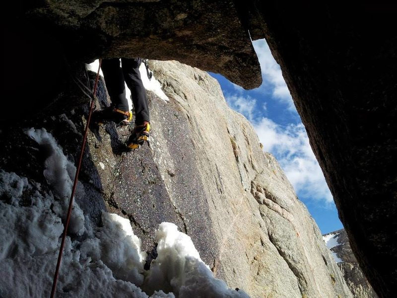 Rock Climbing Photo: The exciting cave exit on the first pitch of Shinz...