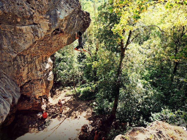 Kyrum cutting on the cruxy boulder problem.