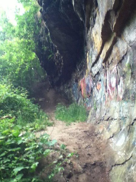 Large overhanging wall at the base of the trail leading down to the brook