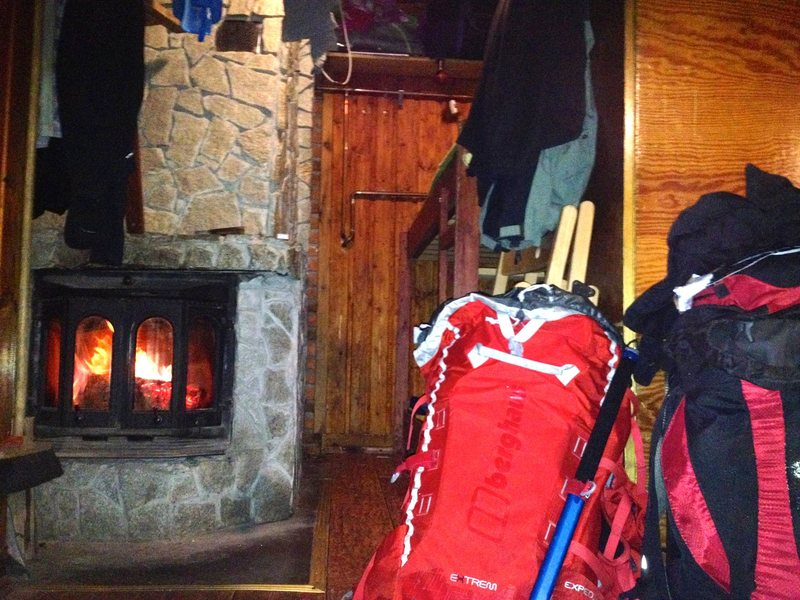 Smaller climbers only shelter. No bar but a fireplace.
