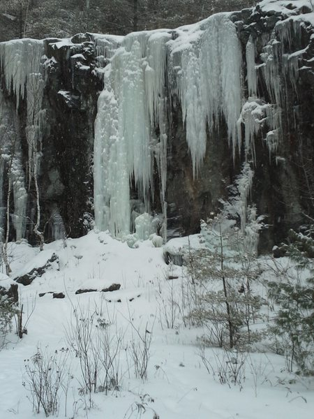 Rock Climbing Photo: Ice on lower cliffs of Bolton Quarry