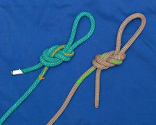 The left (blue rope) is figure 8 on the bite. <br />The right (pink rope) is a s@*t. <br />The left knot will be tighten by a pull, the right know will be loosen (ref. orange/green arrows).
