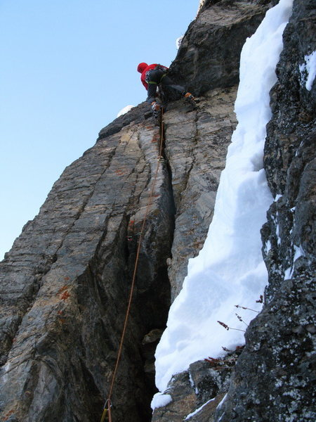 Mike Arnold getting closer to the anchors on the DIngleberry Crack.