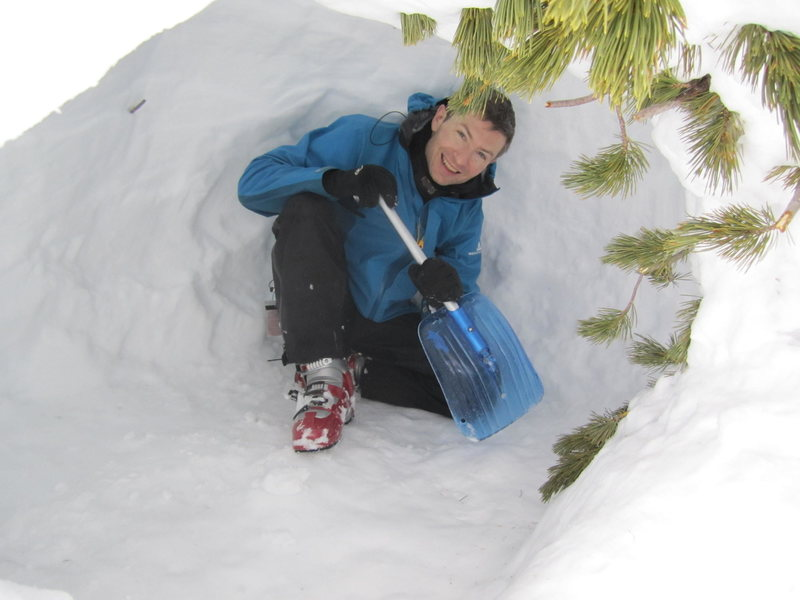 Rock Climbing Photo: Digging a snow cave on backcountry skiing trip aro...