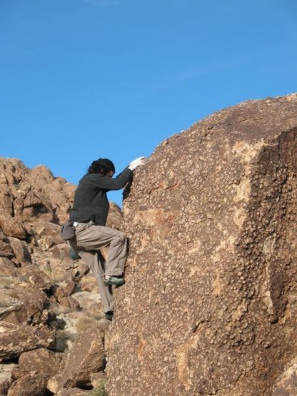Craig bouldering in Indian Cove, Joshua Tree NP