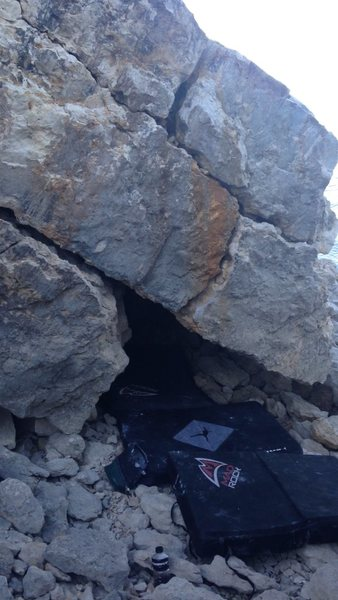 Rock Climbing Photo: Start underneath and ride the cracks to the top.
