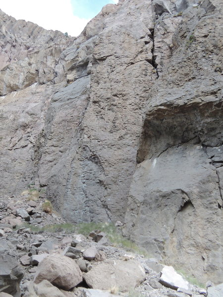 The left side of the crag. Routes from L to R:<br> Optimator, Bender, MO, YSHKLY