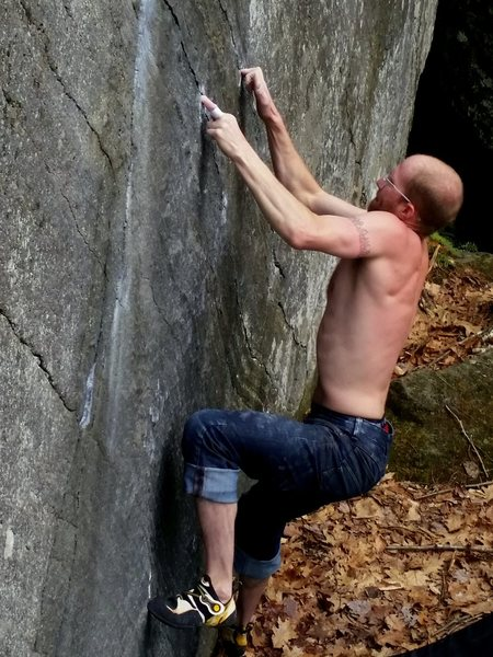 tyson cranking through some of the less than ideal holds on the v9 variation