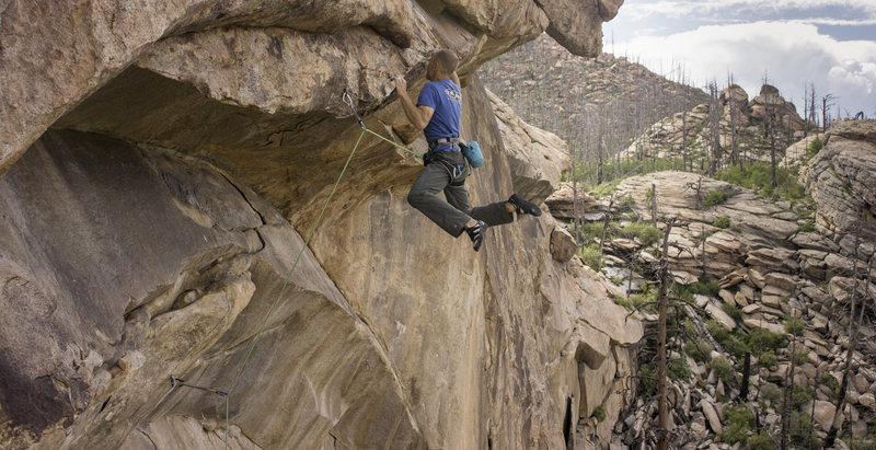 Mike Anderson pulling through the second part of the monster roof on The Legacy, 14a.<br> <br> Photo: Chris Alstrin.
