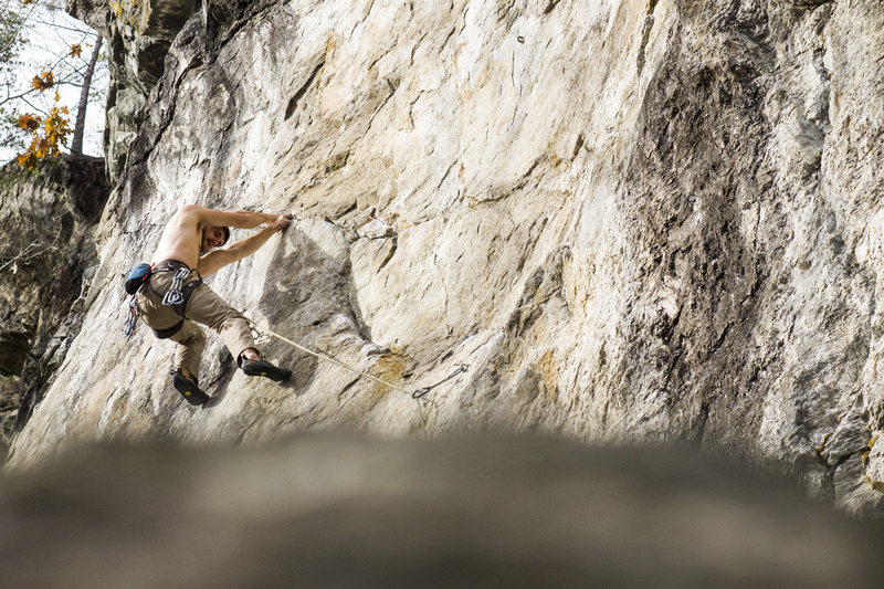 Ryan Webster traversing through the crux of Anaconda-Da-Vida 5.12d<br> <br> Photo by Eileen Moran
