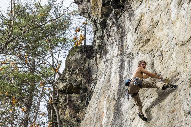 Ryan Webster beginning the traverse of Anaconda-Da-Vida<br> <br> Photo by Eileen Moran