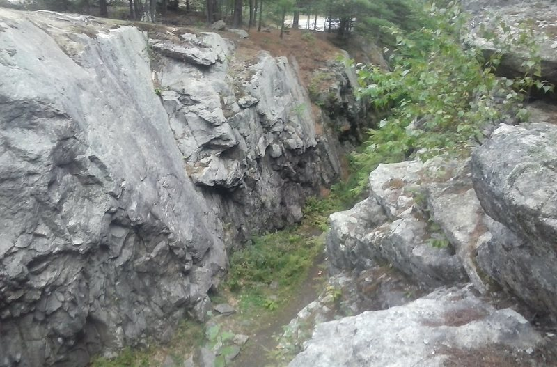 A view of the Cut from the top of the non-road side. The 5.7 slab can be easily seen in this photo.