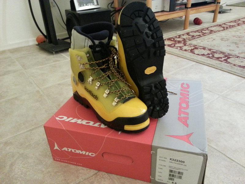 Arctis Expe boots on box
