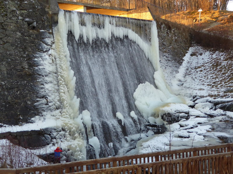 Theisendammen in very thin conditions. The whole waterfall can freeze up.
