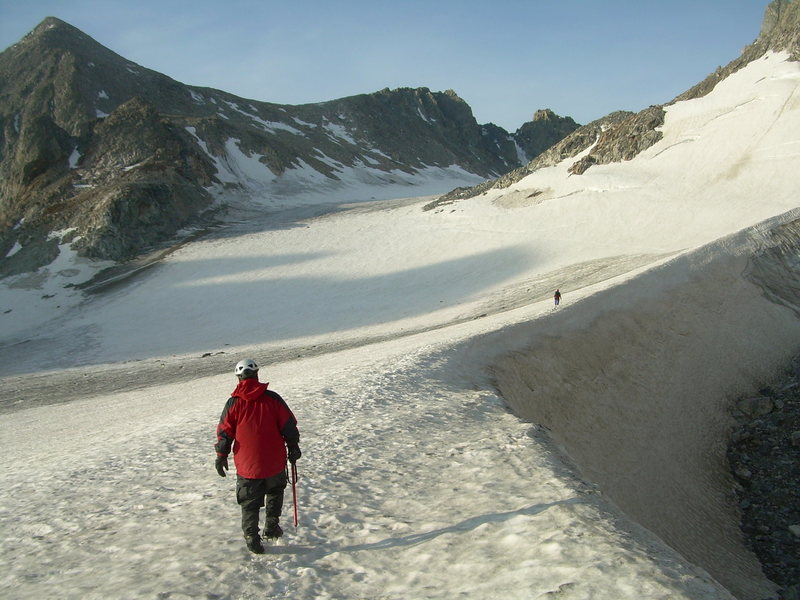 Passing by moat, Dinwoody Glacier, below Gannett Peak, heading towards Bonney Pass. Submitted to Summit Post by paclimber, Jul 19, 2007@SEMICOLON@ beta by Warbonnet (form MP forum).