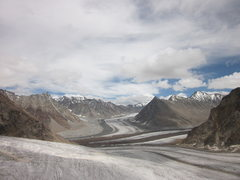 Rock Climbing Photo: The Confluence of Bara Shigri Glacier (at middle) ...