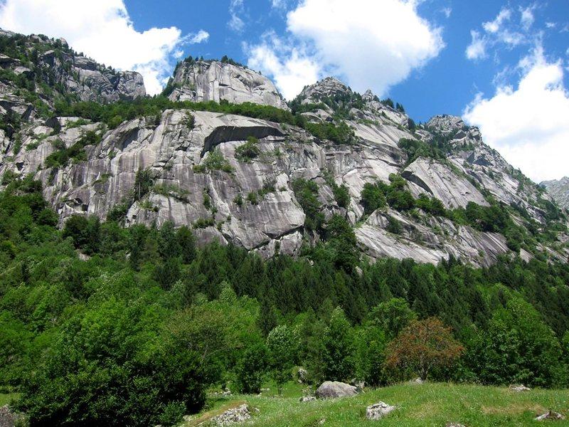 The distinctive Dimore degli Dei with the Scoglio Metamorfosi looming large above.