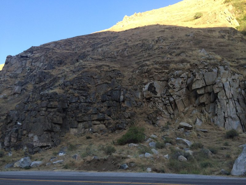 Rock Climbing Photo: View of the entire roadside Craig