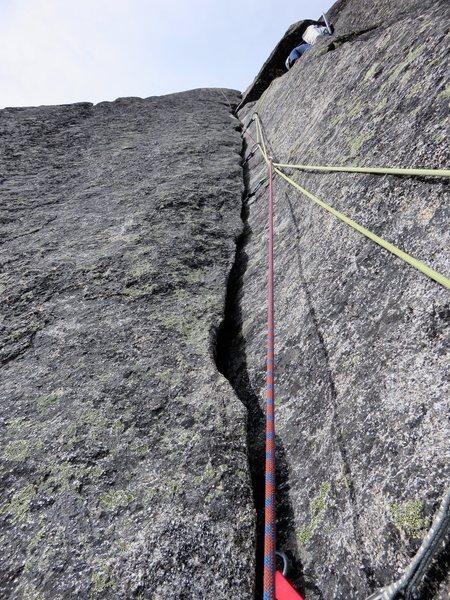 5.9 hand crack on Pitch 3 of the lower North Ridge. (and what not to do with the ropes...)