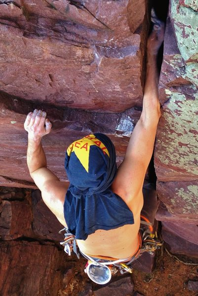 An anonymous guidebook author demonstrating the proper techniques for handjamming, avoiding the early March heat, and carrying superfluous gear while soloing. (03/12/15)