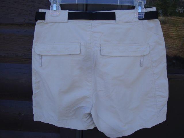 Zippered rear pockets-