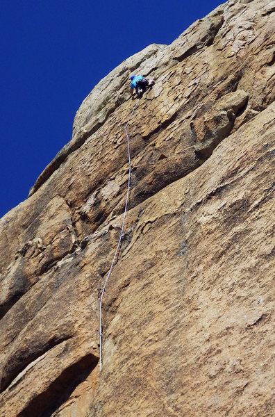 The fantastic Competitive Edge on Crocodile Rock.  Hand-to-finger crack to micro-thin at intricate roof to steep patina bliss.  Photo by Emily.  Sep 2016.