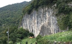 Rock Climbing Photo: Overview of the crag from the parking area