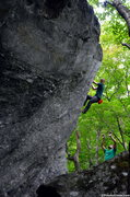 Andrew Messick on The Fin V2 - <a href='http://www.timetoclimb.com/bouldering/beat-the-heat-bouldering-in-smugglers-notch/' target='_blank' rel='nofollow' >timetoclimb.com/bouldering/bea...</a>