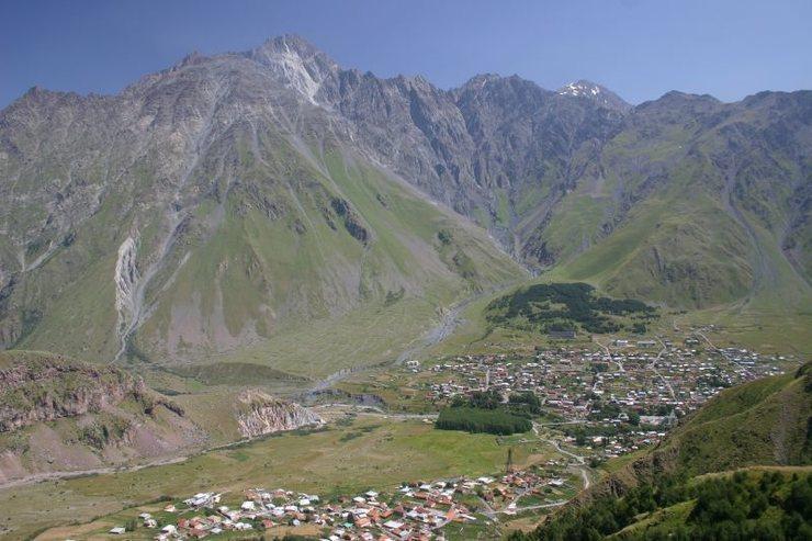 The mountain town of Stepantsminda. Photo by Nicolai Bangsgaard, used under creative commons license from: https://en.wikipedia.org/wiki/File:Kazbegi_district_%281%29.jpg