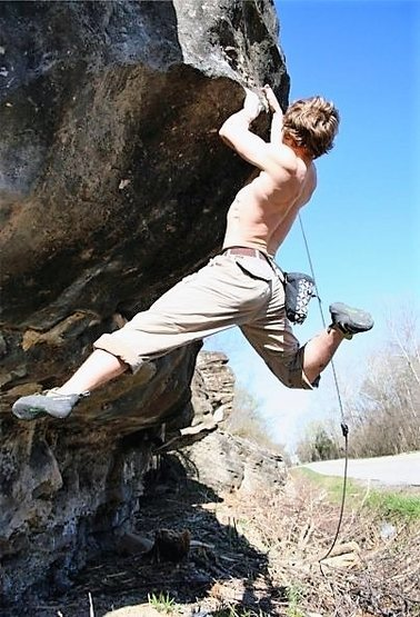 """Attempting """"Roadkill"""" at the Roadside area. Easily one of the coolest V8/9 in all the Ozarks. Thanks Everett Pauls for the Pic, and props to Nick Chavez for the FA!"""