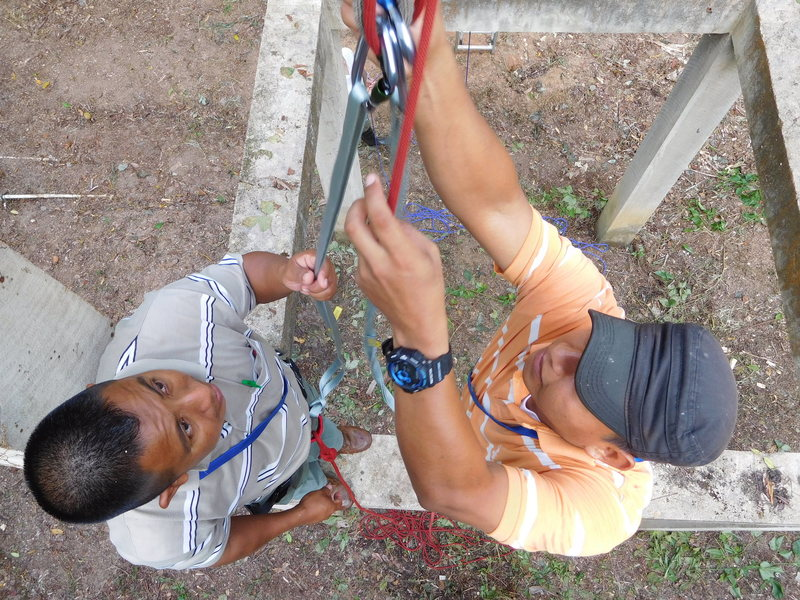 Belizean adventure guides Jorge Lobos and Allan Chan practicing some rigging during a guide training session in Coxcomb Basin, Belize (03-2017).