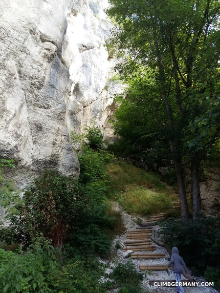 From the parking lot, this goes steep uphill and the nice steps you see end quickly, giving way to a narrow path full of loose gravel. <br> <br> Head up here for another dozen climbs or the way to Dreiecksfels.